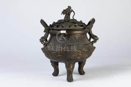 CHINE. BRÛLE-PARFUM tripode en bronze à patine sombre, à décor de crevettes par