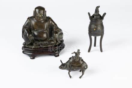 CHINE. Lot de petits bronzes patinés comprenant un BOUDDHA, un flutiste sur son