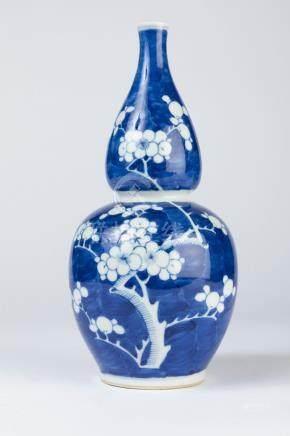 CHINE. VASE double gourde en porcelaine à décor en réserve sur fond bleu de bra
