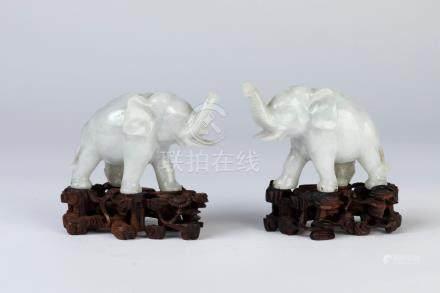 CHINE. Paire de SUJETS en jade blanc sculpté figurant des éléphants. Socle en b