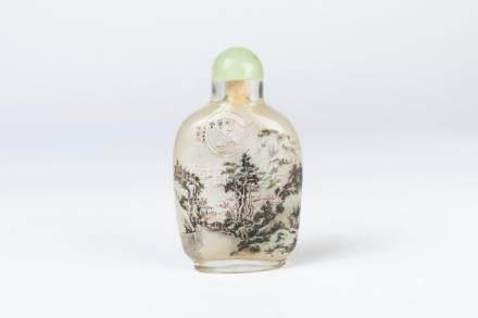 CHINE. TABATIÈRE en verre, le décor peint sous verre d'un paysage. H. 8,5 cm.