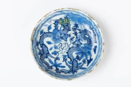CHINE. COUPE ronde en porcelaine à décor bleu blanc de deux dragons affrontés.