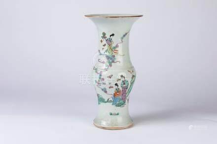CHINE. VASE cornet en porcelaine à décor polychrome d'élégantes dans un paysage