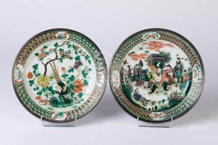 CHINE. Paire d'ASSIETTES circulaires en porcelaine à décor en émaux de la Famil