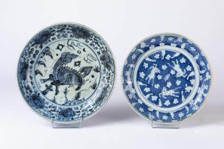 CHINE. ASSIETTE creux en porcelaine à décor de cheveux en réserve sur fond bleu