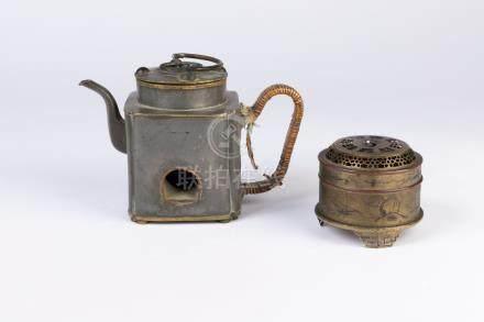 CHINE. Lot en métal comprenant une THÉIÈRE et un BOÎTE à décor de paysage gravé