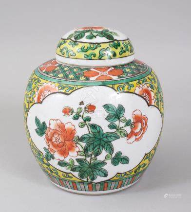 AN EARLY 20TH CENTURY CHINESE FAMILLE VERTE GINGER JAR AND COVER. 15cms high.