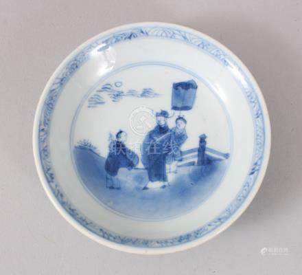 A SMALL 17TH CENTURY TRANSITIONAL KANGXI BLUE AND WHITE DISH. 10cms diameter.