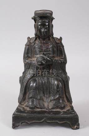 A MING DYNASTY BRONZE SEATED FIGURE OF AN OFFICIAL. 24cms high.