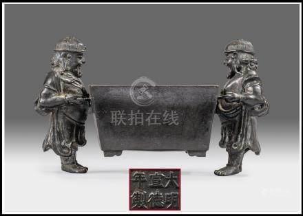 BRÛLE-PARFUM EN BRONZE A PATINE BRUNE AUX DEUX CARIATIDES Chine, Epoque XXe siè