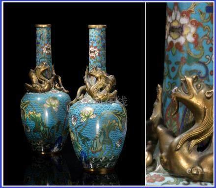 PAIRE DE VASES BOUTEILLES EN EMAUX CLOISONNES SUR BRONZE Chine, Dynastie Qing,