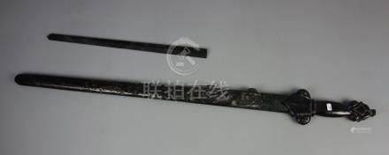 JADESCHWERT / jade sword, China. Stilisiertes Schwert aus einem Stück Jade gearbeitet mit