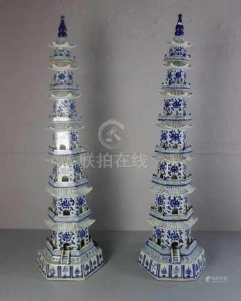 PAAR MONUMENTALE PORZELLAN - PAGODEN, blau staffiert mit stilisiertem Floraldekor, Mäandern und