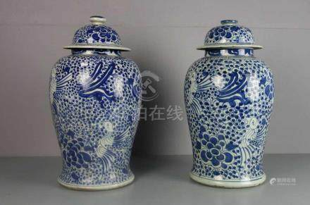 CHINESISCHES VASENPAAR, Porzellan (ungemarkt), späte Qing-Dynastie, Anfang 20. Jh.; Balusterform mit
