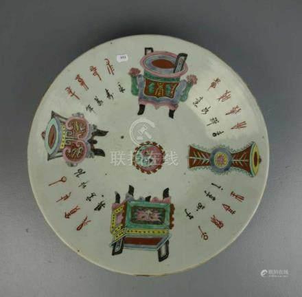 CHINESISCHE SCHALE / chinese bowl, Porzellan, ungemarkt. Schwerer Scherben, flach gemuldete Form auf