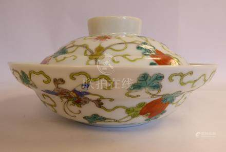 A late 19th/early 20thC Chinese porcelain bowl and cover, decorated with fruit,