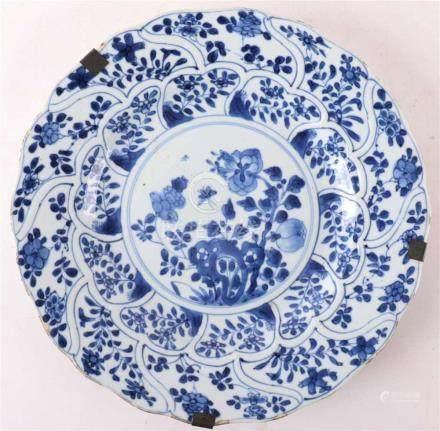 A contoured blue / white porcelain dish, China, Kangxi, arou