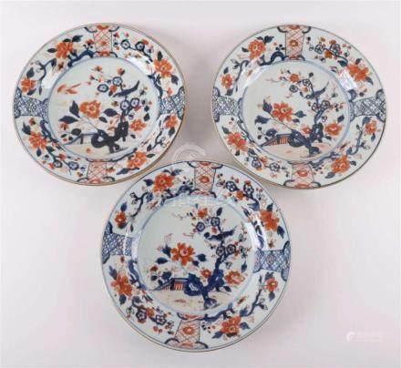A series of three Chinese Imari porcelain plates, China, Qia