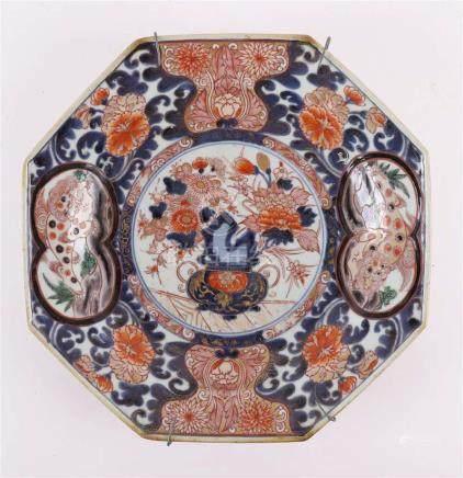 An octagonal Imari dish, Japan, Edo, around 1700.