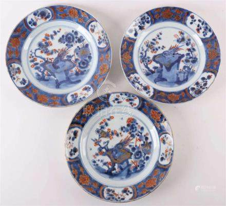 A series of three Chinese Imari porcelain plates, China, 18t