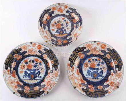A series of three various Chinese Imari porcelain dishes, Ch