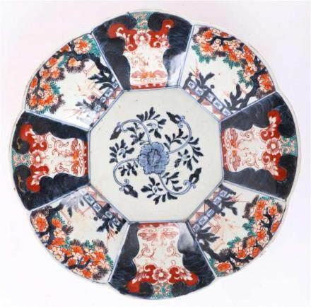 A porcelain Chinese Imari folding dish, China, 18th century.