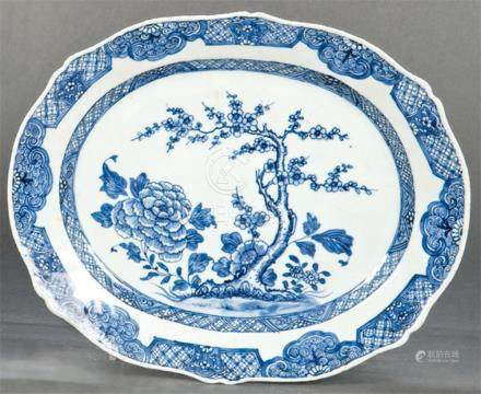 Oval wavy-edge tray in blue and white porcelain from East In