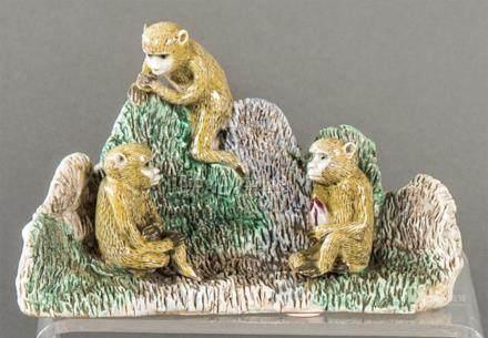 Grupo de Tres Monos in Chinese porcelain with Familia Verte