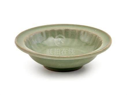 A 'LONGQUAN' CELADON DISH SONG DYNASTY 12.8 cm diameter