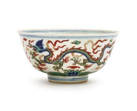 A WUCAI 'DRAGON' BOWL 15.5 cm diameter