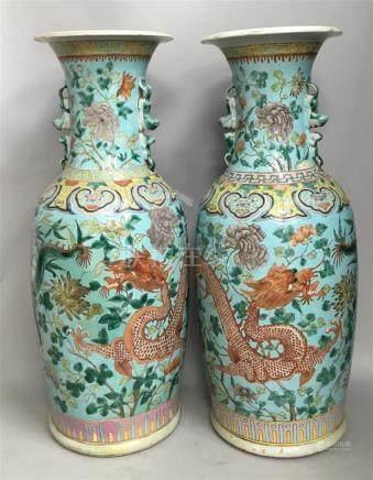 Paire de vases en porcelaine et émaux Daozhi...