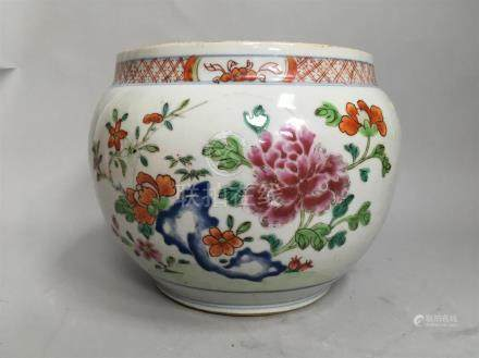 Vase boule en porcelaine de la famille rose....