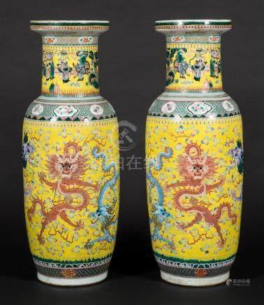Paire d'importants vases de palais en porcelaine...