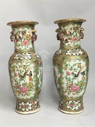 Paire de vase balustres en porcelaine et...