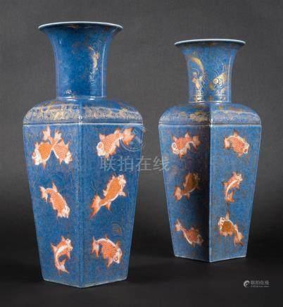 Paire de vases à panse quadrilobée en porcelaine...