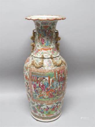 Important vase en porcelaine et émaux polychromes...