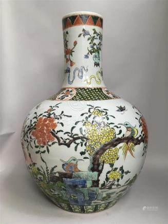Important vase en porcelaine et émaux à décor...
