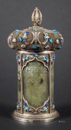 Boite cylindrique couverte en argent filigranné,...