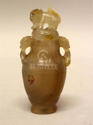 Petit vase balustre couvert en agate blonde...