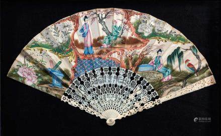 A CHINESE CARVED IVORY 'CHINOISERE' BRISÉ FAN, QING DYNASTY, LATE 18TH / EARLY 19TH CENTURY