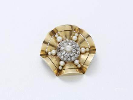 Broche en or 750 millièmes à décor stylisé…