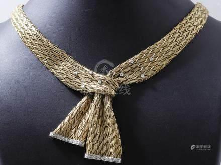 Collier cravate souple, composé de 2 rubans…