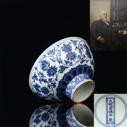 Ming Xuande Hand painted blue and white flowers wrapped around the pattern