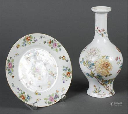 TWO PORCELAIN ITEMS DECORATED IN AN ASIAN STYLE