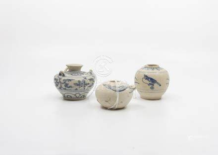 A Ming/Annamese small blue and white jarlet, with petalled collar and painted with birds and