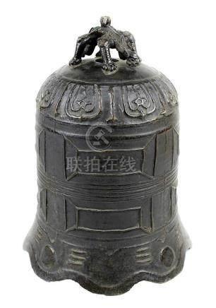 Chinesische Tempelglocke aus Bronze, um 1800, Wandung mit geometrischem Reliefdekor, mit