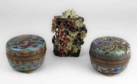 2 Cloisonnédosen, wohl Japan um 1900, jew. runde bauchige Form auf 3 Füßchen, in farbigen