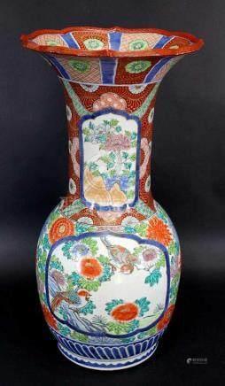 Gr. Imari Bodenvase, Japan um 1880. Porzellan, weiß glasiert mit polychromer Auf- u.