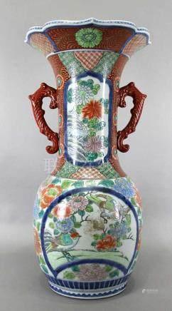 Bodenvase Japan Imari um 1890. Henkelvase aus Porzellan, weiß glasiert, polychrom bemalt mit Blumen,