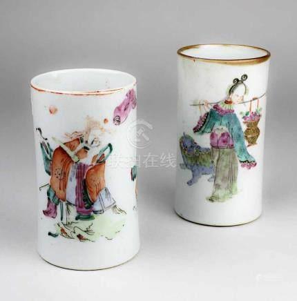 2 Pinselbecher, China, Tao-Kwang-Zeit (1821-1850), Porzellan, auf Glasur bemalt mit Figuren,
